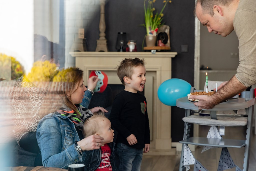 De eerste verjaardag van Davi wordt ondanks de situatie toch gevierd met het oma en het gezin. Foto: Anja Onstenk © Achterhoek Nieuws b.v.