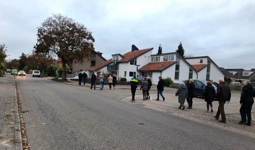 Bewoners en medewerkers van de gemeente bij een 'schouw' van de Klaashofweg. Foto: Inge Waarlo
