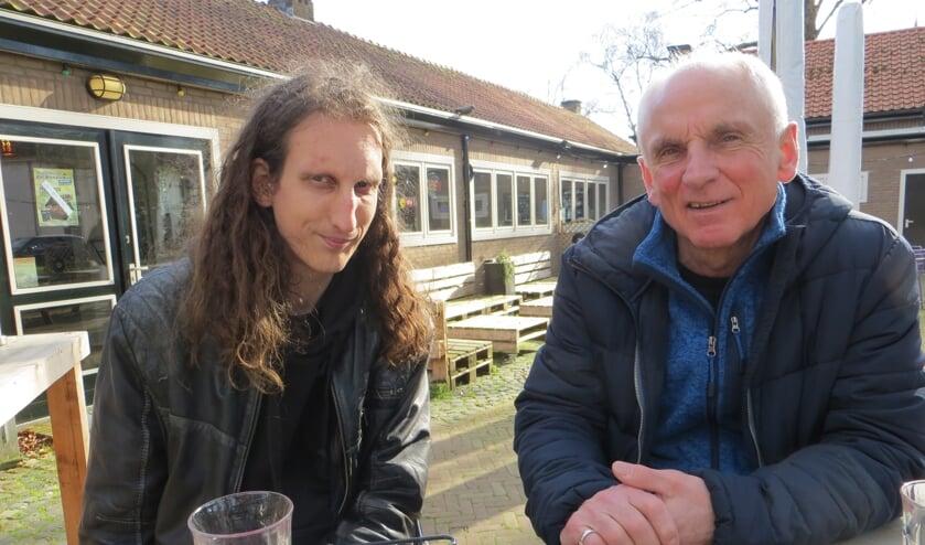 Gerjon Gijsbers samen met zijn uitgever Hans de Beukelaer op een moment dat de horeca nog open was. Foto: Bernhard Harfsterkamp