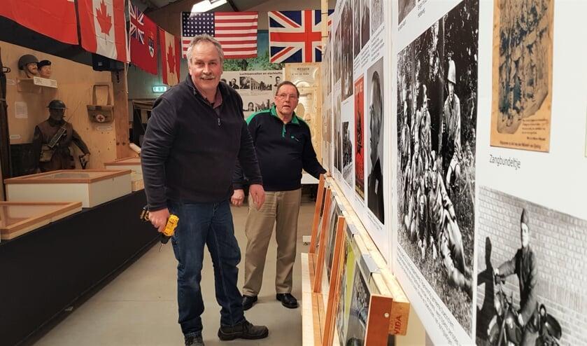 Bert Schieven en Harry Somsen bouwen in museum 't Smedekinck aan de expositie '75 jaar bevrijding'. Foto: Alice Rouwhorst
