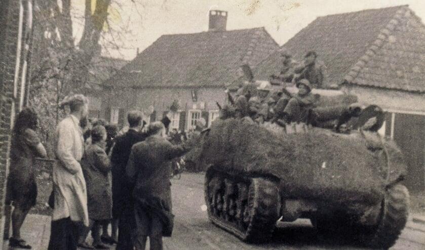 Sherman-tank door de Raadhuisstraat, toegejuicht door Hengeloërs. Foto uit het boek Een kist vol oorlogsverhalen.
