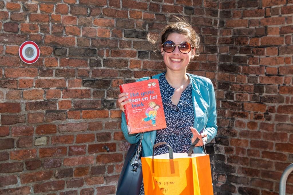 Deze mevrouw is blij met boeken voor haar kinderen. Foto: Henk Derksen  © Achterhoek Nieuws b.v.