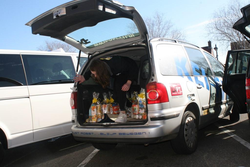 Auto vol ingeladen met paasgeschenken  © Achterhoek Nieuws b.v.