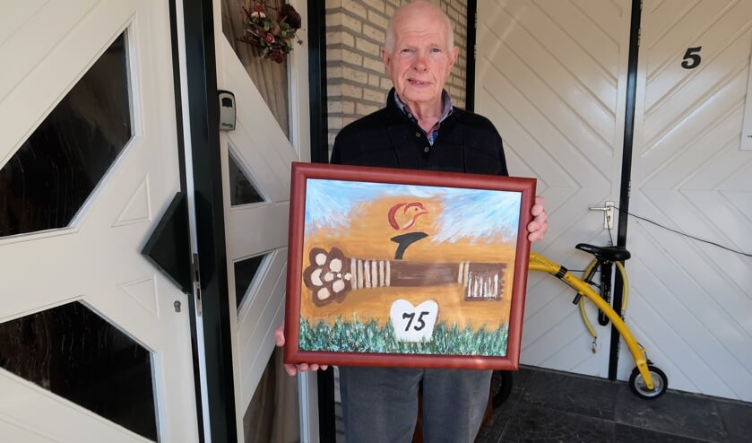 Gerard Wissink met het door hem aan burgemeester Annette Bronsvoort te overhandigen schilderij.