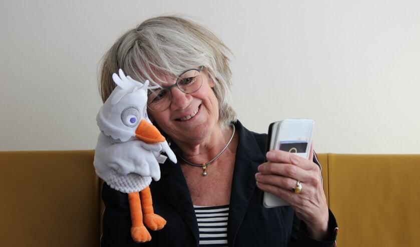 Inge Koldenhof maakt telefonisch een praatje met iedereen die het nodig heeft. Foto's: PR