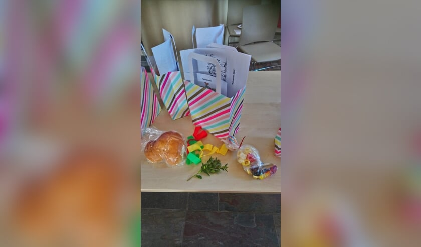 De tassen met benodigdheden voor een mooie Palmpaasstok stonden klaar voor de kinderen. Foto: Wilma Hebbink