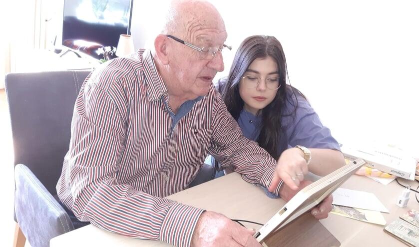 De vader Hans Kok (een van de initiatiefnemers) en zijn nichtje. Foto Chantall Kok