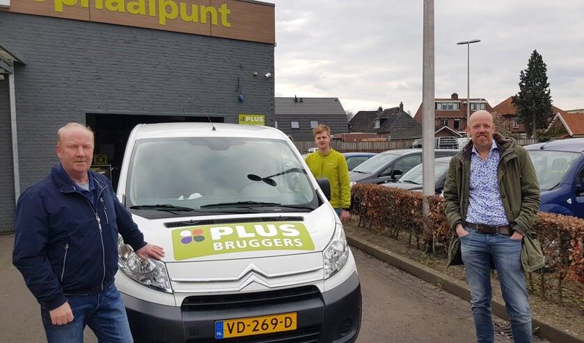 Links Rob Vreeswijk en rechts Mark Heister, twee van de telefonisten van de boodschappendienst. In het midden Niek Korten, medewerker van de PLUS.  Foto: Han van de Laar