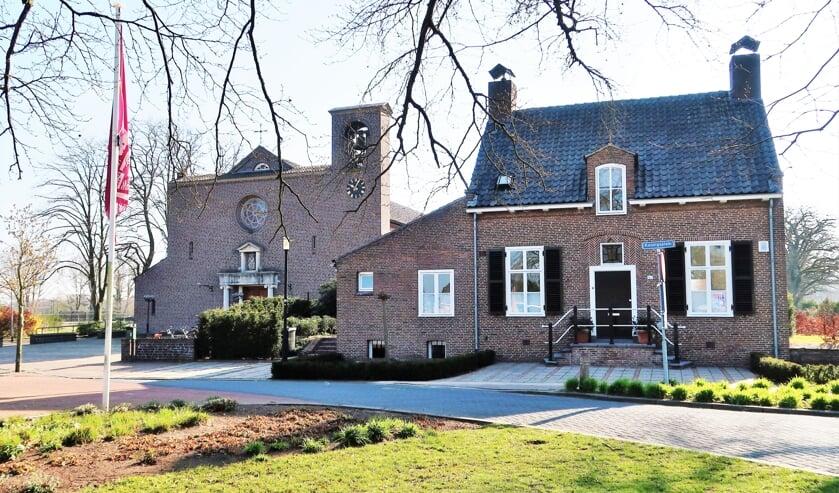 De RK Kerk Christus Koning in Lievelde met rechts de voormalige pastorie wordt ook in het boek opgenomen. Foto: Theo Huijskes