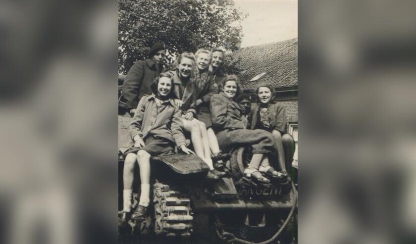 Lachende meisjes op een bevrijdingstank in de Hoven. Foto: G. ter Beek