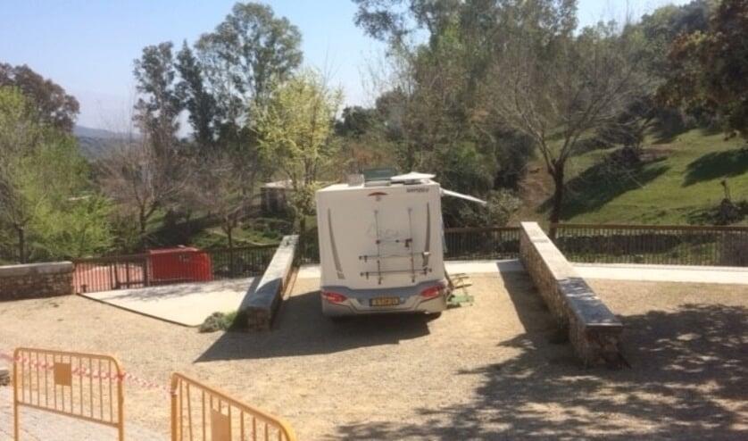 De camper werd afgezet met hekken. Foto: eigen foto