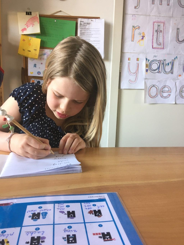 Leni schrijft een dictee. Foto: Maria Neumann © Achterhoek Nieuws b.v.
