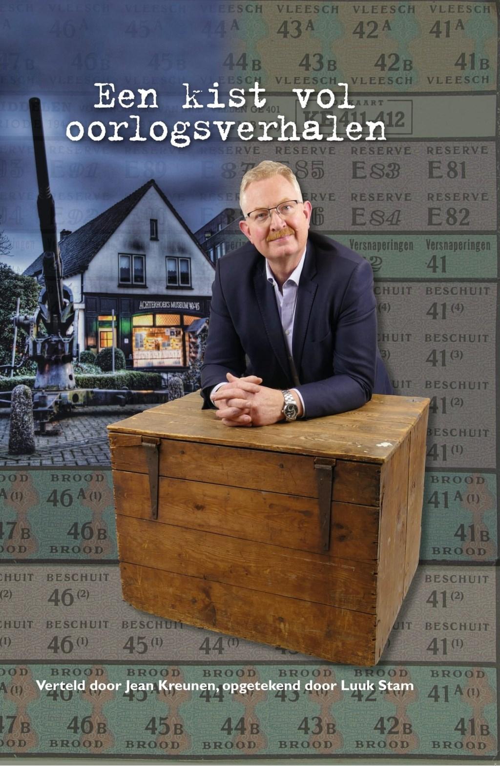 De cover van het boek met Jean Kreunen, leunend op 'een kist vol verhalen'.    © Achterhoek Nieuws b.v.