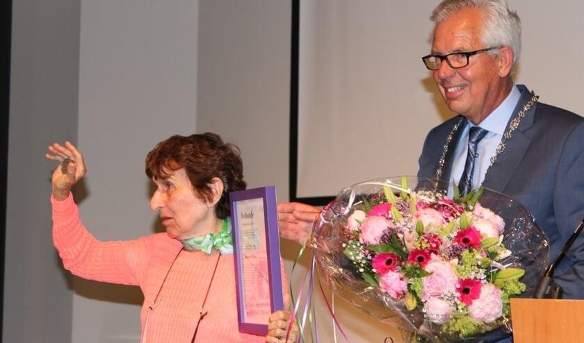 Johanna Reiss kreeg een erepenning de voormalige burgemeester Thijs van Beem. Foto: PR