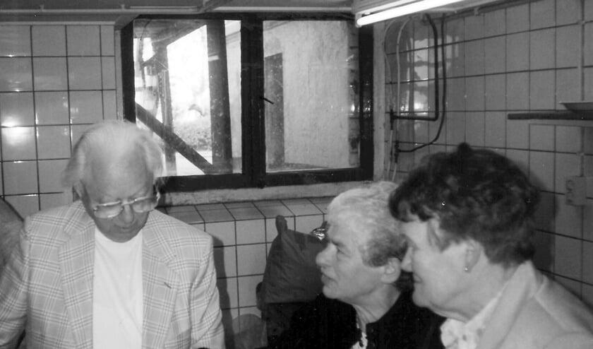 Onderduikers Eric Baruch en Edith Jacobs met Marietje Vink tijdens een reünie in 1997 terug in de kelder van Het Kervel. Foto: Willy Hermans