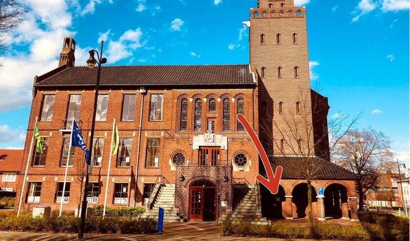 Het oude raadhuis, met op de foto een rode pijl die de plek aangeeft waar de AED hangt. Foto: Evert Braakhekke