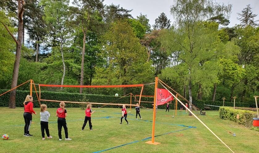 Met veel enthousiasme werd er weer gevolleybald door de jongste leden van volleybalvereniging Dash. Foto: PR