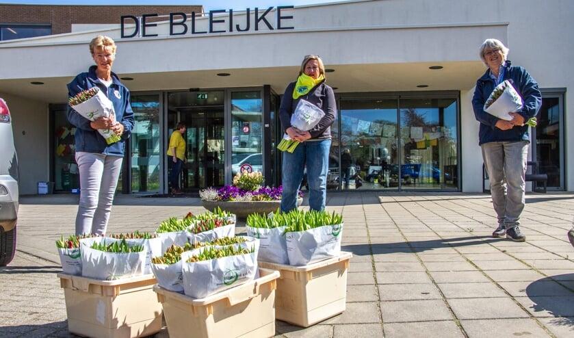 Paulien Assink, Annelies Wolsink en Karin van Heijst van de Lions deelden in heel Bronckhorst tulpen uit. Foto: Liesbeth Spaansen