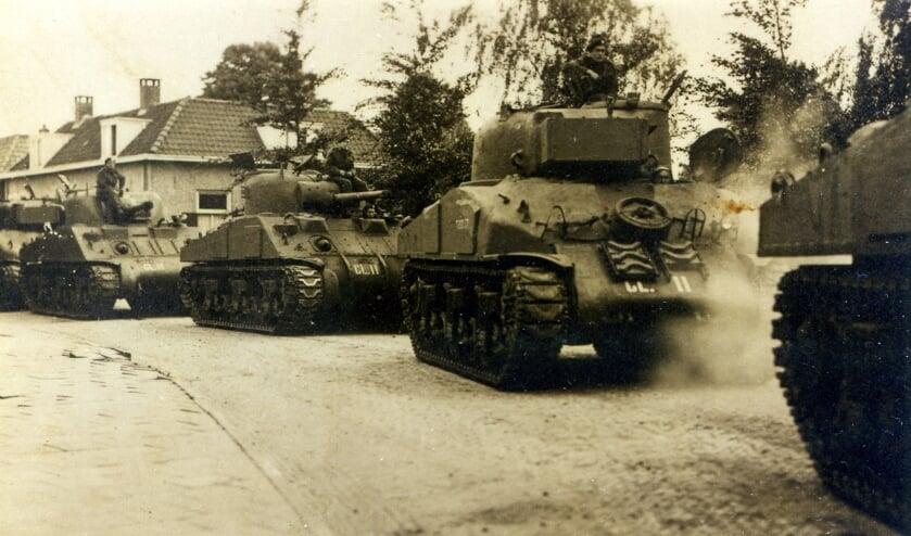 Grote aantallen tanks kwamen vanaf Het Hoge via de Raadhuisstraat het dorp binnen. Het kruispunt werd volledig omgewoeld door de haakse bewegingen van de tanks .Foto: Oud Vorden.