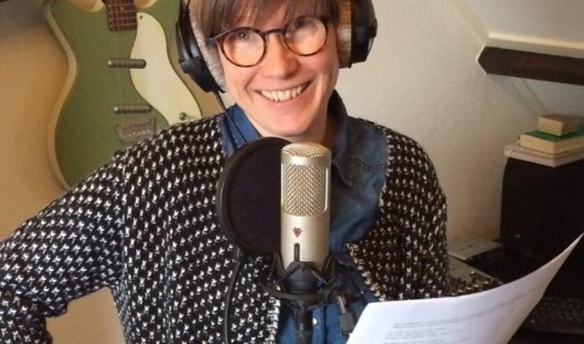 Ida Sluiskes bezig met inspreken van verhalen. Foto: PR