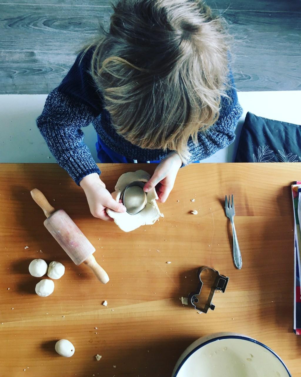 Pelle is aan het spelen met zoutdeeg. Foto: Maria Neumann © Achterhoek Nieuws b.v.