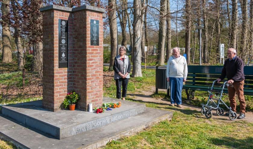 Heleen Buijs, Wim Smeerdijk en Hein Smeerdijk herdenken de gesneuvelden bij het Canadezenmonument. Foto:Henk Derksen