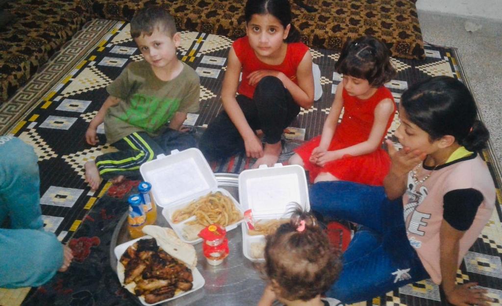 Kinderen eten lunch van Jumana. Foto: PR  © Achterhoek Nieuws b.v.