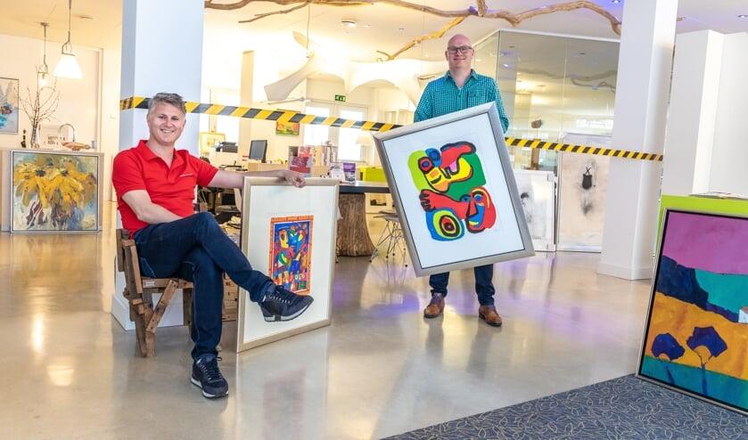 Broers Mike (links) en Rick Hulshof met twee kunstwerken uit de depotopruiming. Foto: Bas Weetink