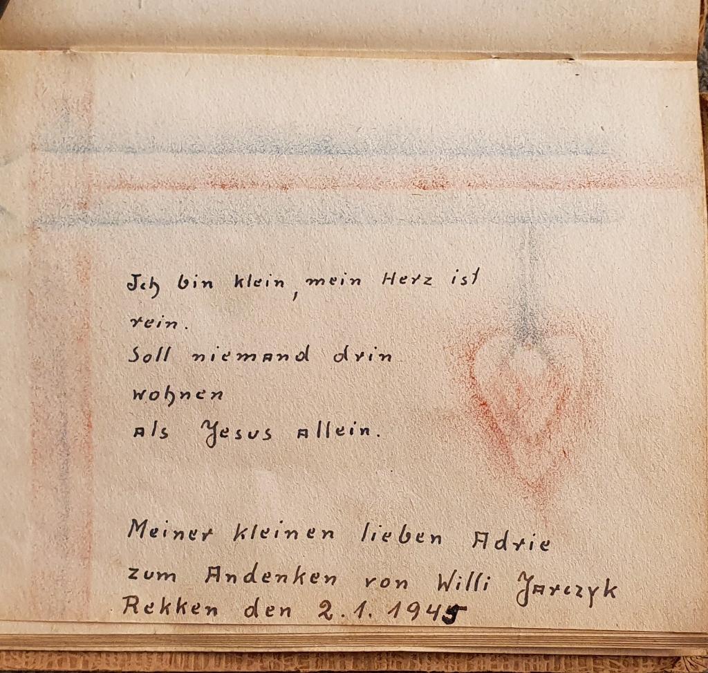 Versje in het poëziealbum van Adri Rietman, geschreven door de Poolse soldaat in 1945. Foto: Rob Weeber  © Achterhoek Nieuws b.v.