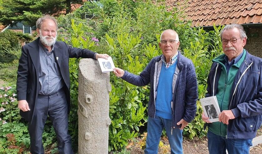 Uitreiking van het boekje door Bert Smeenk (l.) aan de neven Peter (m.) en Geert Sloot. Foto's: PR