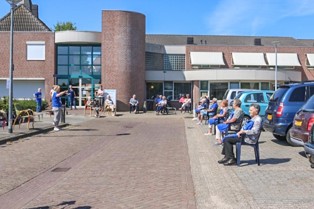 Deelnemers van de Balkon Beweegdag zitten ook buiten. Foto: Anita Bongers  © Achterhoek Nieuws b.v.