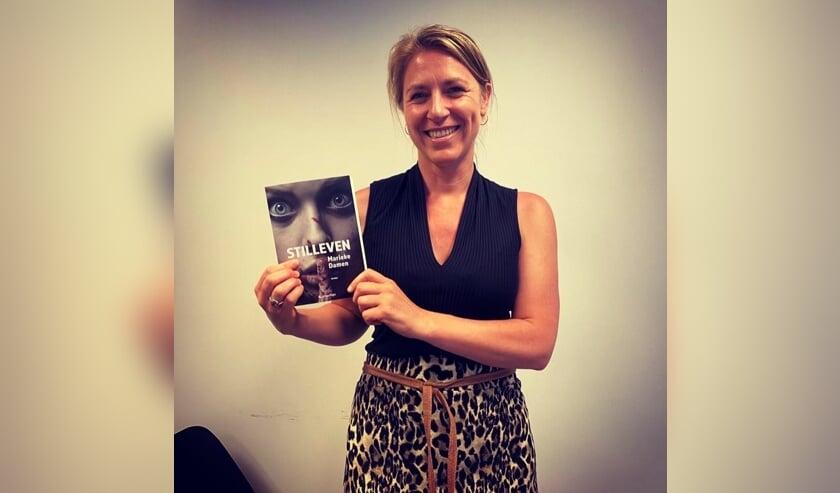 Marieke Damen met haar boek Stilleven. Foto: PR