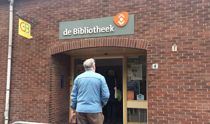 Bij de bibliotheek in Zelhem stond een lezer in de rij om naar binnen te mogen. Foto: Mirjam Rensink