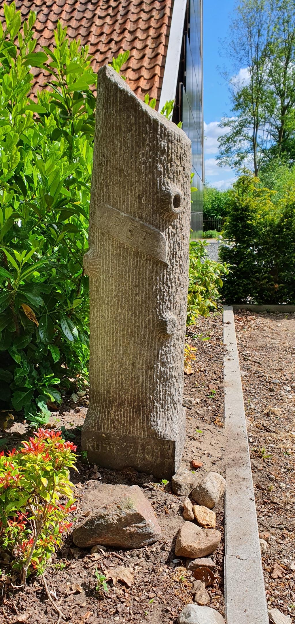 De stenen zuil die ooit op Piets graf stond.  © Achterhoek Nieuws b.v.