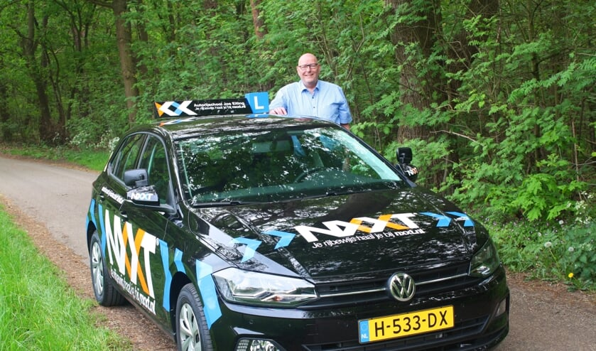 Jos Eiting is met zijn leswagen van NXXT Rijscholen een opvallende verschijning in de regio. Foto: PR