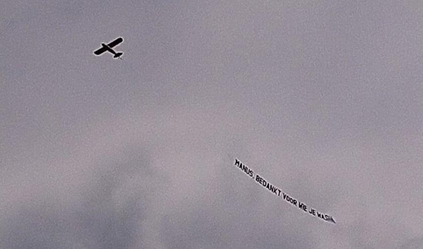 Zondagmiddag vloog er een vliegtuig met sleep erachter over Lichtenvoorde als eerbetoon aan de overleden kastelein der kasteleins. Het eerbetoon werd aangeboden door diverse vriendengroepen en stamgasten.