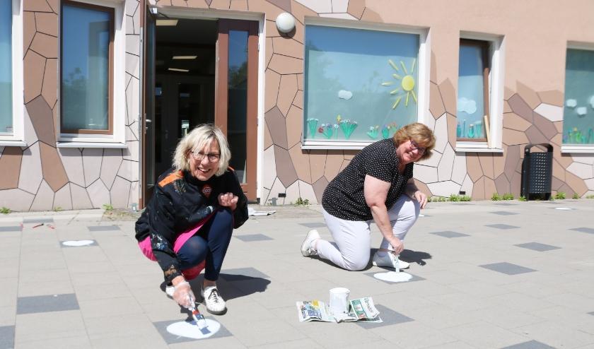 Meer dan honderd hartjes werden op het schoolplein geschilderd. Foto: Arjen Dieperink