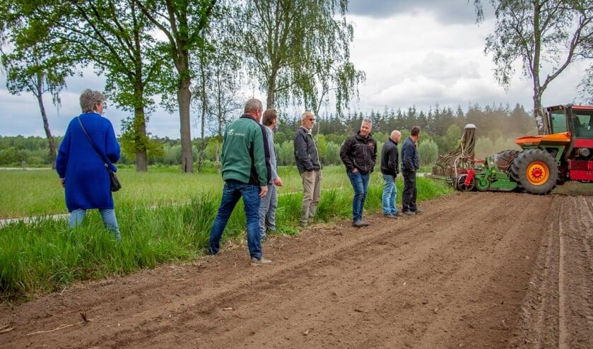 Willy Toonk, Wilfried Berendsen, Paul Hofman, Dick en Martin Bosch en medewerkers kijken naar het resultaat van de ingezaaide perceelrand. Foto: Liesbeth Spaansen