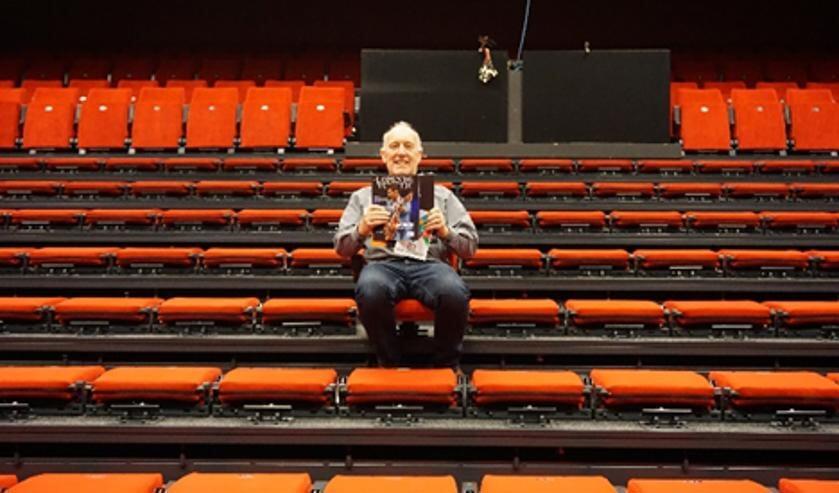 Theatervoorzitter René Hoogma met programmagidsen in een voorlopig leeg Theater Berkelland. Foto: PR