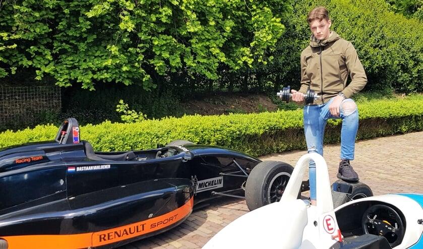 Bastiaan van Loenen traint noodgedwongen thuis met dumbbels om fit en sterk te blijven. Hij hoopt in het seizoen 2021 te kunnen vlammen in de Mazda MX-5 Cup en bij Formule Renault. Foto: Alice Rouwhorst