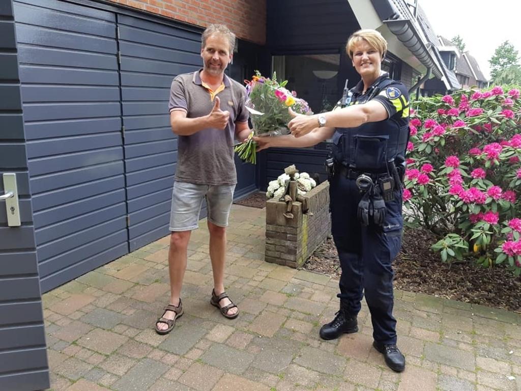 Burgers die hielpen bij de aanhouding van de man kregen als dank een bloemetje. Facebook Willem Saris  © Achterhoek Nieuws b.v.