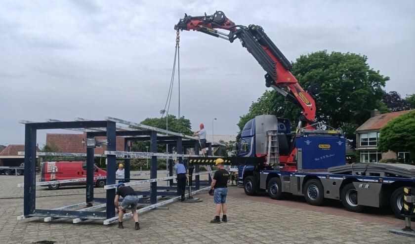 De klokkentoren van de Zuiderkerk wordt behulp van de kraanwagen van Jos Tolkamp Speciaal Transport verwijderd. Foto: Marcel te Brake