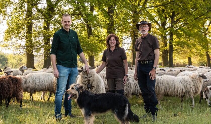 Bram Sprey, Elly en Harrie Jansen met de kudde. Foto: Henk Derksen