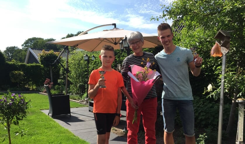 Trotse oma Sien Meinen met kleinzonen Lars (links) en Twan. Foto: Frank Roos