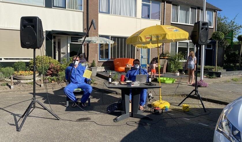 De enthousiaste spelleiders Arjan Mol en Tim Lindenschot maakten er tijdens de bingo er een leuk feest van met tussendoor gezellige muziek. Foto: Marco Wassink