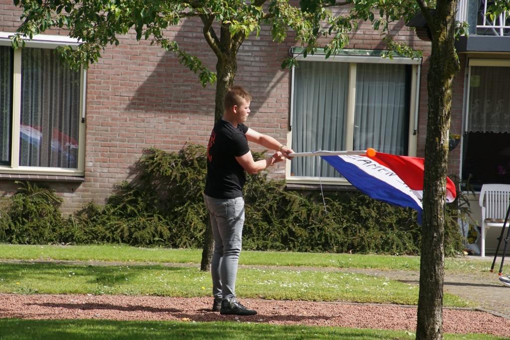 Een vaandelgroet. Foto: Frank Vinkenvleugel  © Achterhoek Nieuws b.v.