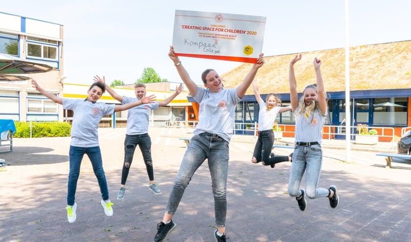 Leerlingen Mirte, Rick, Ram, Sophie en Nienke van het Kompaan College uit Zutphen krijgen finaleticket overhandigd. Foto: PR