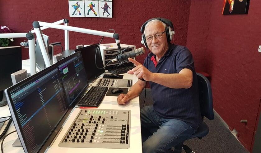 Herman ter Maat op zijn favoriete plek in de studio. Zowel de presentatie als techniek doet hij zelf. Foto: Han van de Laar