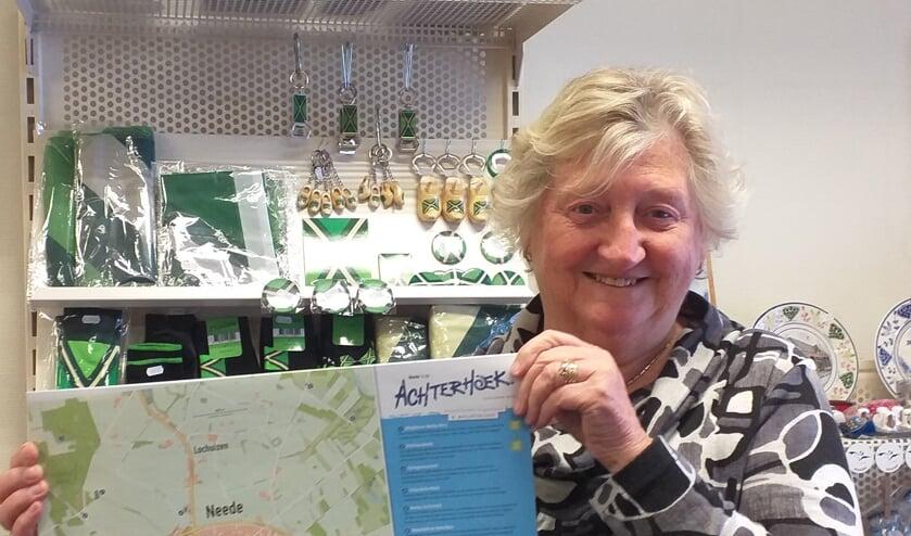Mevrouw Koster van de TIP/VVV Neede,  presenteert de nieuwe plattegrond van Neede. Foto: PR