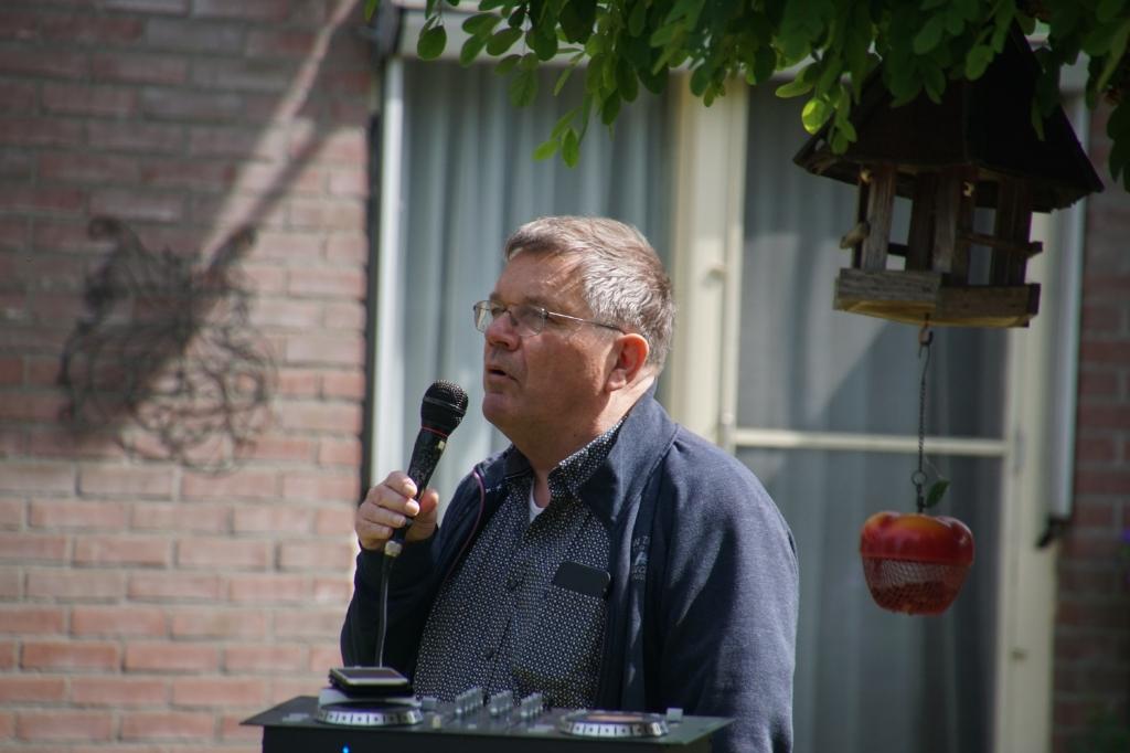Joop Wikkerink bedankt William Kraaijenbrink. Foto: Frank Vinkenvleugel  © Achterhoek Nieuws b.v.